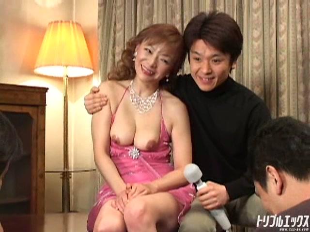 会員制クラブの人妻オークションにかけられた色白巨乳人妻
