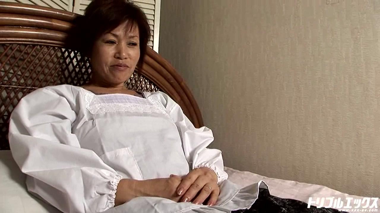 穏やかな田舎の家庭の母が息子と青姦!!(HD)