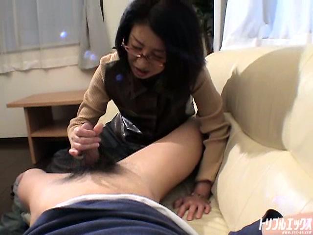 母の優しさが息子の性欲に火を…