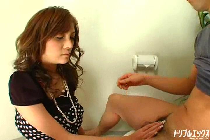 オフィスレディをトイレで生ハメ口内発射!!
