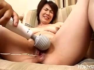 母乳も潮も吹きだす色白巨乳娘との絶叫SEX
