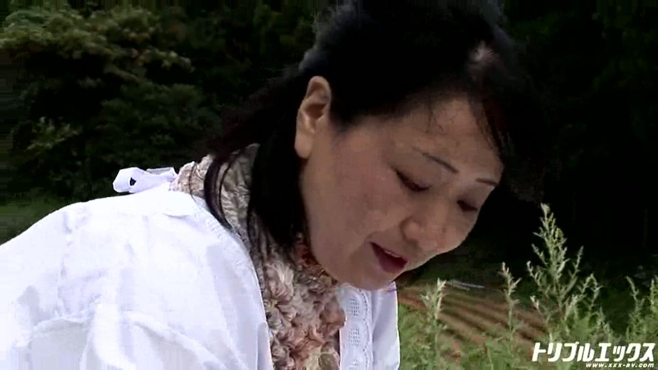 淫乱四十路熟女を畑で田舎っぺファック!!(HD)