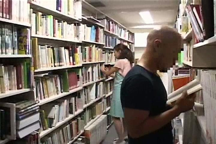 私語厳禁な図書館に集う女性を狙った悪質な犯行