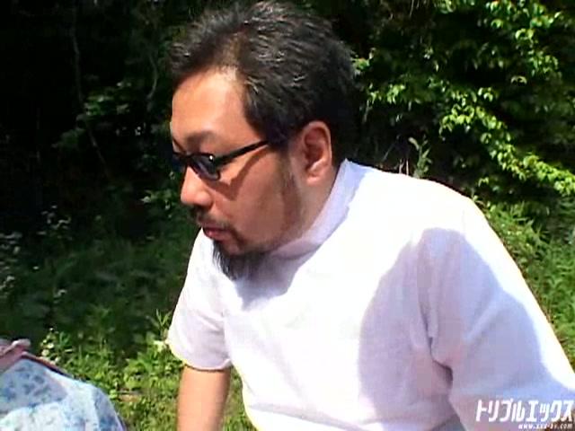 農家の四十路熟女を野外でハメたった!!