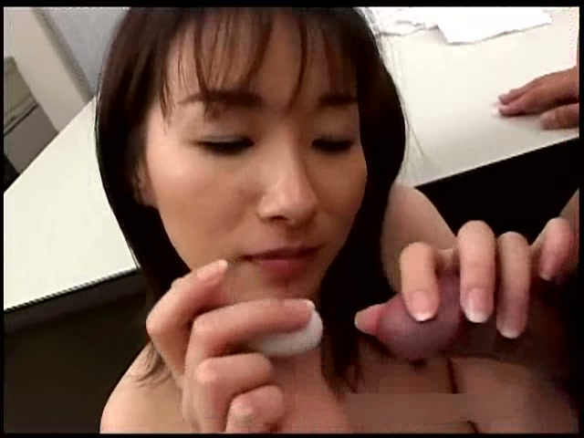 カラダで誘惑する美人秘書 吉井美希
