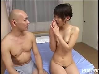 スレンダー美少女の強烈アナル拡張体験!